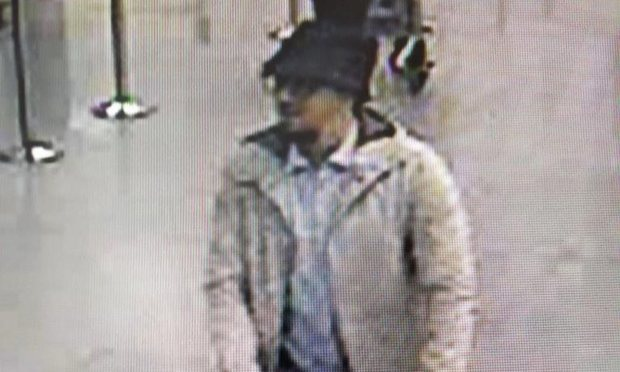 Nghi phạm áo trắng trong vụ khủng bố Brussels đã bị bắt. (Ảnh: Guardian)