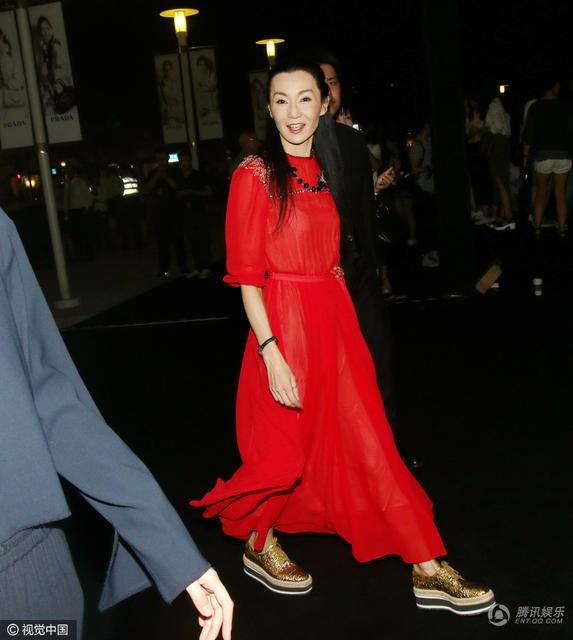 Gương mặt dù được trang điểm cẩn thận của Trương Mạn Ngọc cũng không dấu được vẻ mệt mỏi và những dấu hiệu tuổi tác trên mặt cô.