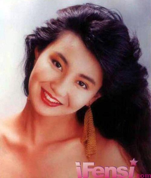 Trương Mạn Ngọc thời trẻ sở hữu gương mặt thanh tú, đường nét cân đôi và nụ cười rạng rỡ. Chính nhờ vậy, cô nhanh chóng chiếm được cảm tình của người hâm mộ ngay khi bước chân vào làng giải trí.