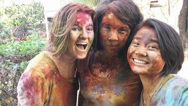 Cô gái Việt và các bạn trong lễ hội Holi (tháng 3/2016) tại trường UWC Ấn Độ.