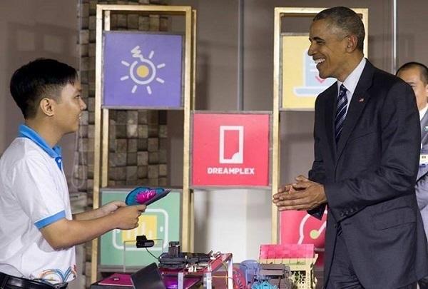 Ngô Huỳnh Ngọc Khánh – chàng trai 9X trình diễn sản phẩm kLaserCutter do em sáng tạo trước Tổng thống Mỹ Barack Obama