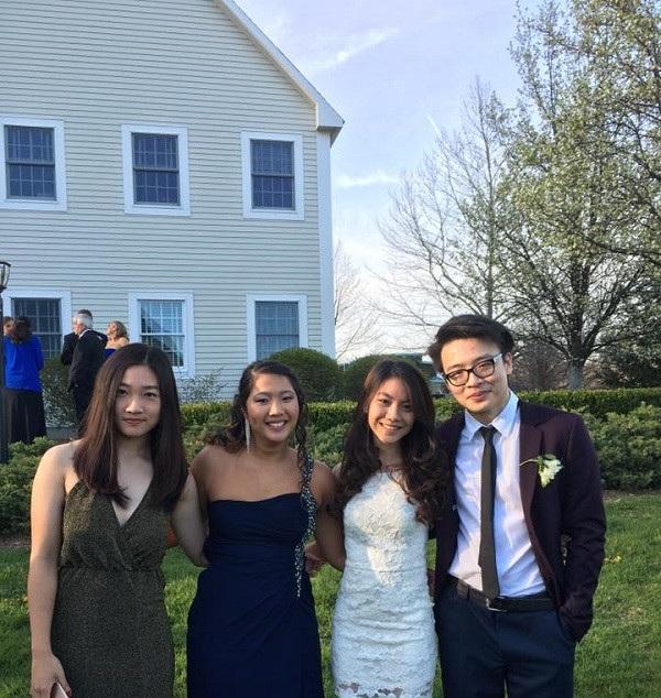 Minh và các bạn ở trường cấp 3 Berkshire School, Mỹ.