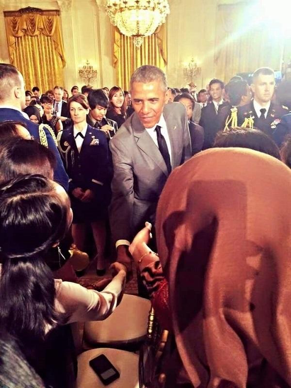 Ngân bắt tay Tổng thống Obama ở lần gặp đầu tiên vào tháng 6/2015 tại Nhà Trắng.
