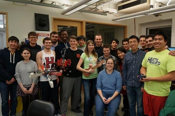 Nhi và các thành viên trong Harvard Robotic Club do cô sáng lập.