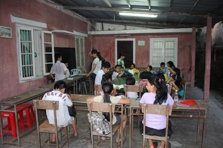 Lớp học nghèo hăng say tìm con chữ.