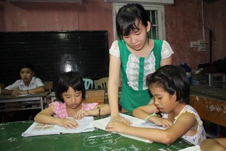 Bạn Hồng Nhạn say sưa giảng bài cho các em.
