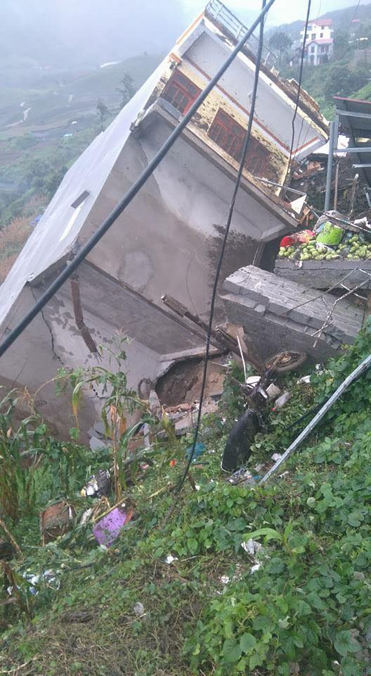 Ngôi nhà 4 tầng bị đổ nghiêng hẳn sau trận mưa lớn kéo dài và sạt lở đất. (Ảnh do người dân cung cấp cho Dân trí)