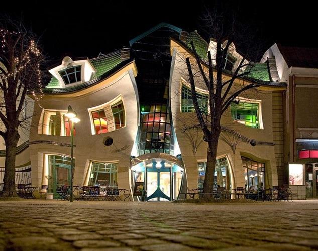 Là một phần của trung tâm mua sắm Rezydent, tòa nhà Krzywy Domek (Crooked House) tại Sopot, Ba Lan, được thiết kế với những đường cong uốn éo.