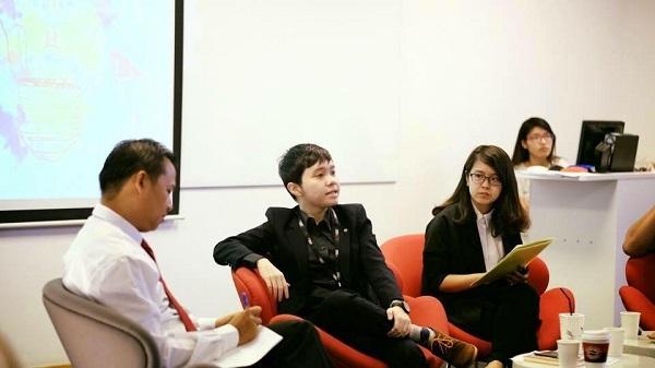 """Nhã Đình dẫn chương trình trong buổi trò chuyện chuyên ngành Truyền thông của CLB truyền thông """"Professional Communication Society""""."""