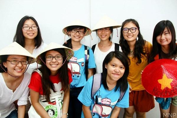 Cùng với các bạn TNV Singapore trong hoạt động tình nguyện.