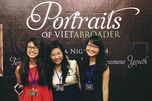 Nhã Đình (váy đó) tại Gala kỉ niệm 10 năm VietAbroader.