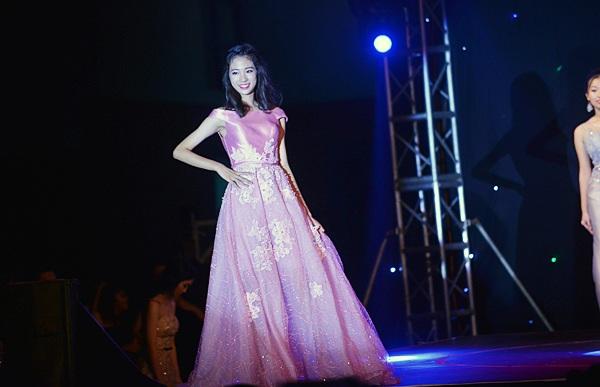 ... và lộng lẫy trong trang phục dạ hội màu hồng