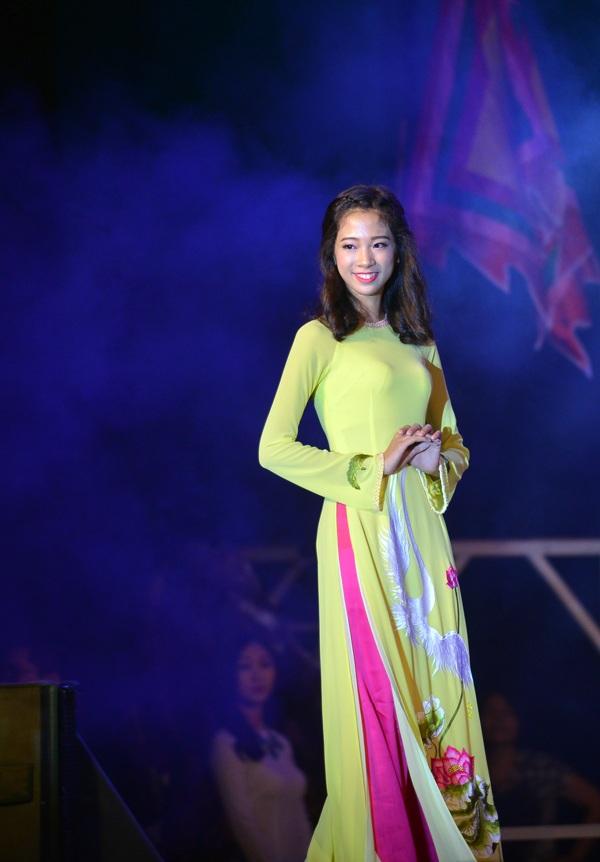 Vũ Nguyệt Hà nền nã khi trình diễn trang phục áo dài truyền thống