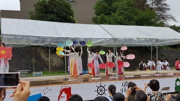 """Các thiếu nữ Nhật duyên dáng trong tà áo dài Việt Nam và điệu múa nón trên nền ca khúc """"Việt Nam quê hương tôi""""."""
