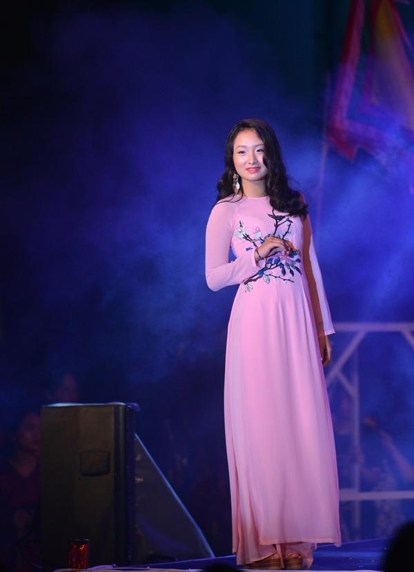 Đại sứ học vấn Lê Nguyễn Phương Linh khoe sắc trong tà áo dài