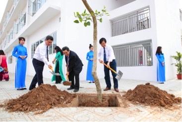 Lãnh đạo nhà trường trồng cây xanh trong ngày khánh thành trường.