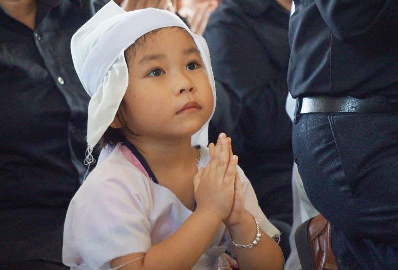 Bé Khánh Vân - con gái của Đại tá phi công Trần Quang Khái trong lễ tang cha.