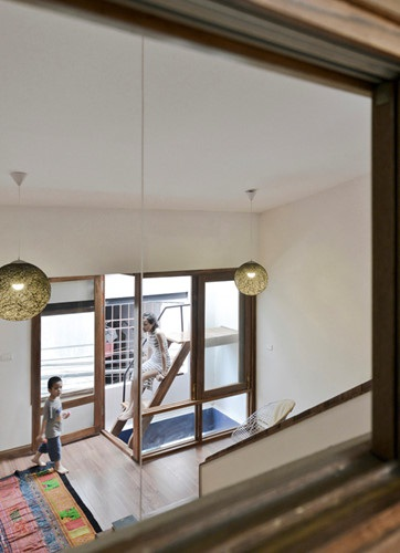 Cửa sổ nhỏ và giếng trời được khéo léo thiết kế cùng nhau để lấy ánh sáng cho ngôi nhà