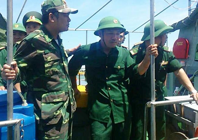 Thiếu tá Nguyễn Hữu Cường (giữa) trở về đất liền an toàn