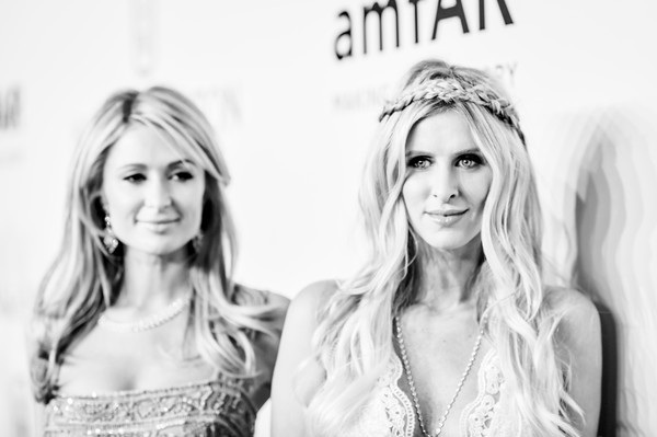 Paris Hilton và em gái Nicky Hilton dự bữa tiệc từ thiện tại New York ngày 11/2 vừa qua