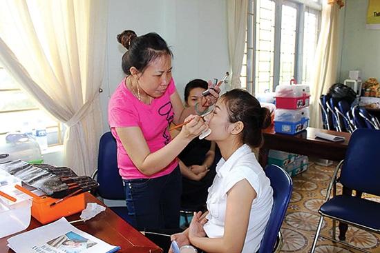 Các người mẫu sẽ ngồi khoảng một đến hai giờ để học viên trang điểm thực hành.