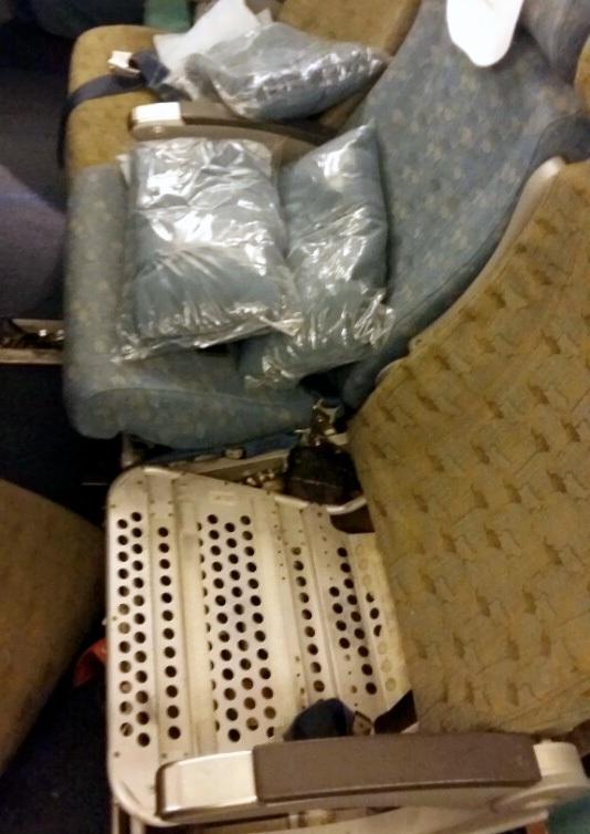 Số vàng nguyên liệu được chứa trong túi nilon, giấu dưới ghế ngồi trên máy bay. (Ảnh: Cơ quan chức năng cung cấp)