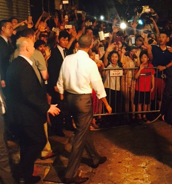 Rất đông người dân chờ đón Tổng thống Obama khi ông có mặt tại quán bún chả Hương Liên. (Ảnh: Washington Post)