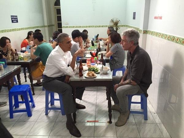 Bức ảnh Tổng thống Mỹ Barack Obama ăn tối cùng với đầu bếp Mỹ Anthony Michael Bourdain tại quán bún chả ở Hà Nội tối 23/5 tràn ngập trên các mạng xã hội. (Ảnh: AP)