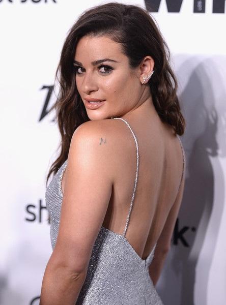 Nữ diễn viên 30 tuổi đẹp hút hồn với váy hai dây màu ánh kim