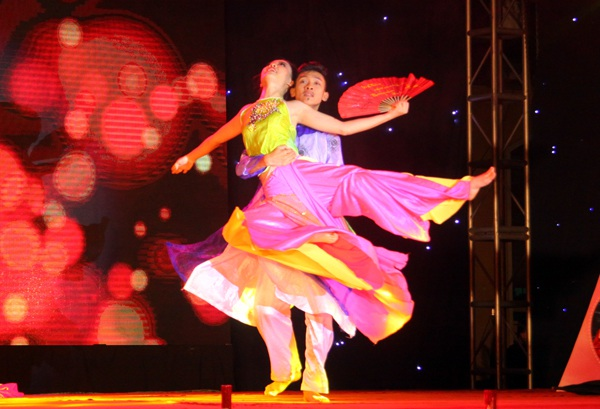 Phần múa dân gian đương đại mở đầu phần thi tài năng của Hoàng Hải Thu và Trịnh Xuân Bút