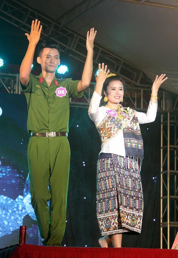 Cô gái người Lào Naly Lathsy Ma sánh đôi chàng trai Việt Ngô Hữu Hạnh trong màn trình diễn Cô gái Sầm Nưa