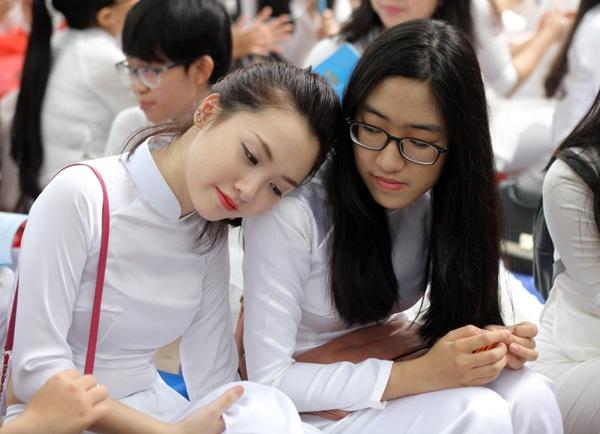 """Khi những giai điệu của ca khúc quen thuộc """"Mong ước kỉ niệm xưa"""" vang lên, những nữ sinh của trường không giấu cảm xúc bồi hồi, xúc động"""