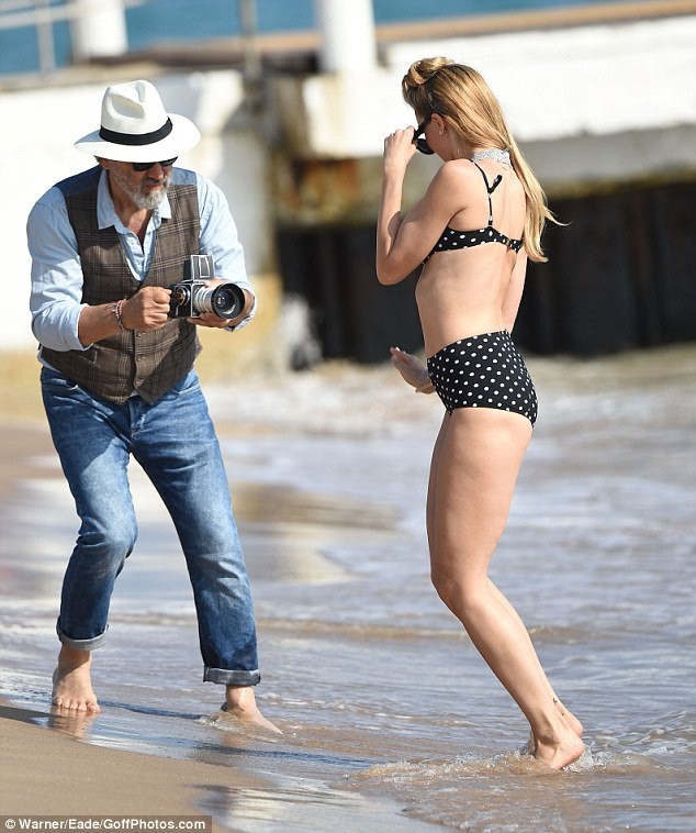 Chân dài của tạp chí áo tắm danh tiếng Sports Illustrated tung tăng đùa giỡn trên sóng nước và thu hút sự chú ý của cánh săn ảnh