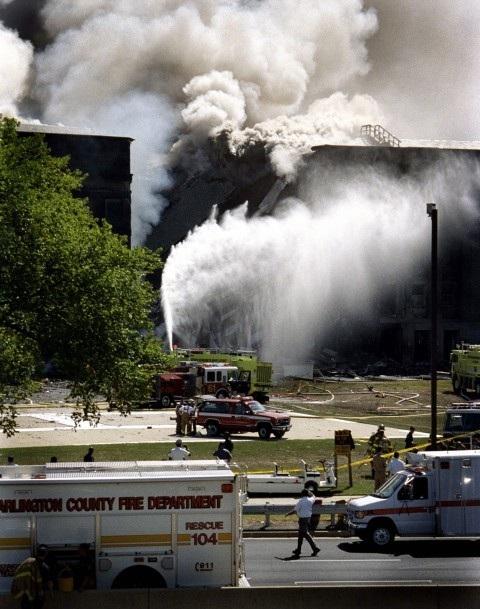 Khung cảnh Lầu Năm Góc bốc cháy ngày 11/9/2001 sau khi máy bay mang số hiệu 77 của hãng hãng không American Airlines bị không tặc khống chế đâm vào. (Ảnh: Erica E. Lusk)