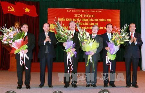 Ông Tô Huy Rứa, Ủy viên Bộ Chính trị, Bí thư Trung ương Đảng, Trưởng Ban Tổ chức Trung ương khóa XI (thứ hai, bên trái) tặng hoa chúc mừng các đồng chí đảm nhiệm chức vụ mới. (Ảnh: Doãn Tấn/TTXVN)