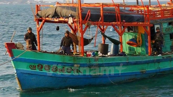 Cảnh sát Thái Lan bắt giữ tàu cá của ngư dân Việt Nam tháng 4/2016 (Ảnh: Cơ quan Thường trú Bangkok)