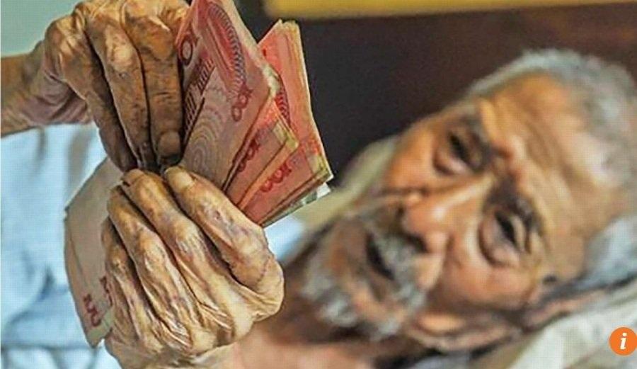 Cụ ông 103 tuổi nằm trên giường đếm tiền hàng ngày