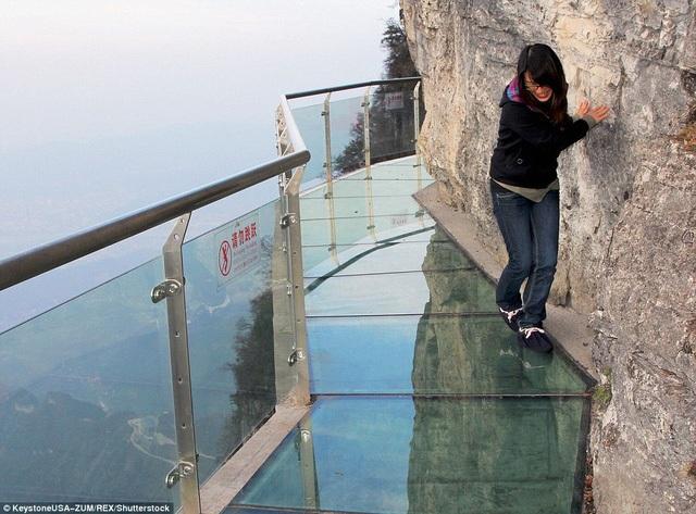Cầu sàn kính vẫn thu hút nhiều người hiếu kì ở Trung Quốc mặc dù từng xảy ra sự cố với loại hình du lịch này. (Ảnh: Dailymail)