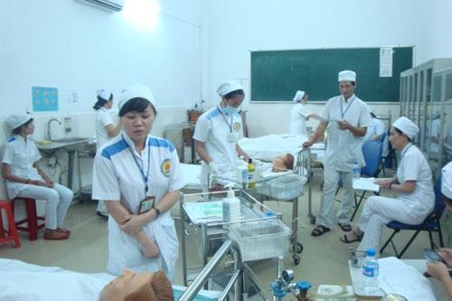 Sinh viên đang thực hành nghiệp vụ điều dưỡng tại Trường Trung cấp Bách khoa TP Hồ Chí Minh.