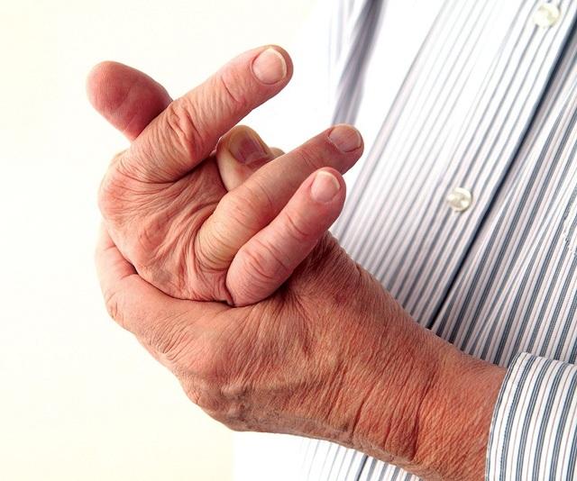Bẻ khớp là một trong những thói quen sinh hoạt sai cách làm tăng nặng bệnh khớp. Ảnh Intrernet