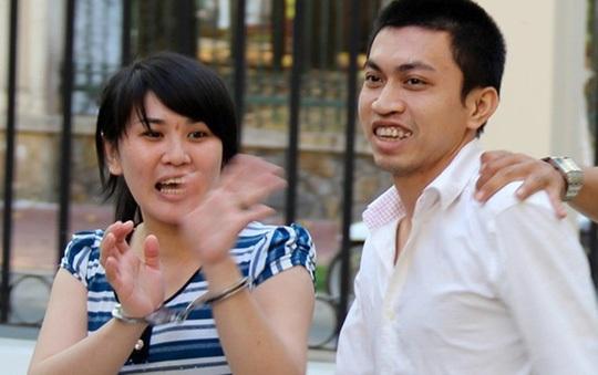 """Vợ chồng """"siêu trộm"""" Quách Văn Chiến vui mừng gặp lại nhau tại phiên tòa phúc thẩm Ảnh: THANH SANG"""