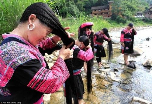 Theo tờ Nhân dân Nhật báo, ngôi làng Huangluo tại tỉnh Quảng Tây ở Trung Quốc là nơi sinh sống của khoảng 600 người Dao. Phụ nữ của dân tộc này thường mặc váy đỏ và để tóc dài tới tận mắt cá chân.