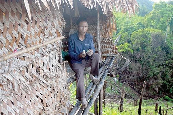 """Anh Hồ Văn Lang trong """"căn nhà nhỏ"""" cheo leo giữa núi - Ảnh: Tấn Việt"""