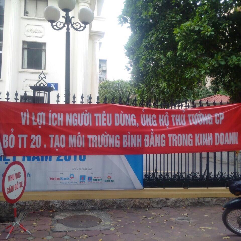 Băng rôn được các DN treo trước cổng Bộ Công Thương