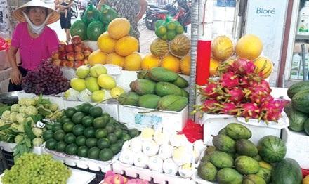 Nhiều trái cây Trung Quốc được bày bán tràn lan tại các sạp ở chợ Hàng Da (Hà Nội). Ảnh: Ngọc Mai.