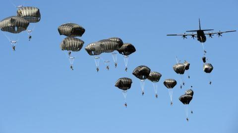 Lính Mỹ nhảy dù ở Ba Lan trong cuộc tập trận Anaconda - 2016.
