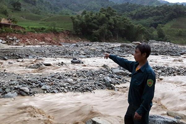 Lào Cai: Tìm thấy thi thể nạn nhân đầu tiên bị bão lũ cuốn trôi - 1