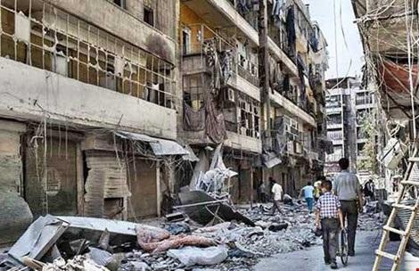Bom đạn tàn phá TP Aleppo. Ảnh: AP