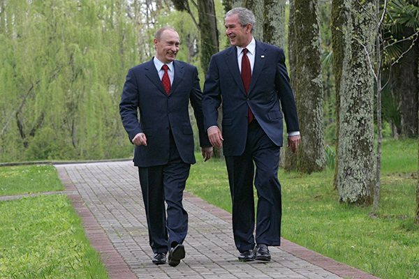 Vladimir Putin và George W. Bush. Ảnh: Vladimir Rodionov / RIA Novosti / Reuters