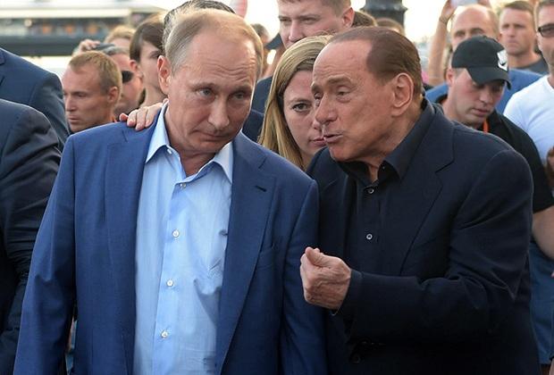 Vladimir Putin và Silvio Berlusconi trong khi đi dạo trên bờ biển Yalta năm 2015. Ảnh: Dmitry Azarov / Kommersant